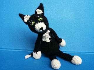 cat black white crochet