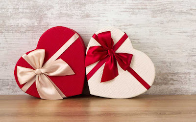 Beautiful Valentine Day Gift attractive pictures collection for free downloads. Wonderful Valentine Day Greeting Gift as Red Rose and Chocolate Gifts photos and images.