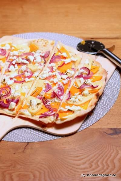 Herbst-Flammkuchen mit Kürbis, Apfel, roten Zwiebeln und Feta