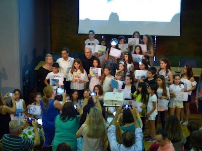 """Η απονομή επαίνων στους μαθητές που έλαβαν μέρος στον διαγωνισμό ζωγραφικής με θέμα το """"καλοκαίρι"""""""