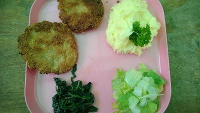 Hackklops mit gebratenen Grünkohl und Spinat, Kartoffelbrei und Sala Rico