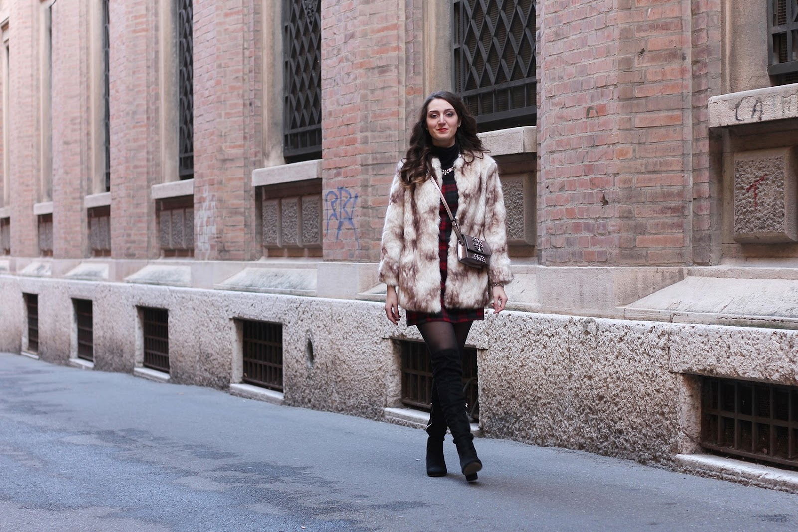 fashion blogger italy trend vogue outfit ootd faux fur pelliccia shoulder stones bag borsa tracolla silver pietre zara stradivarius cuissardes boots stivali tartan dress vestito black happiness boutique necklace collana