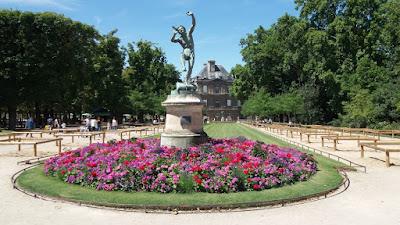 Paris'de bulunan lüksemburg bahçesinin girişi ve girişteki pan heykeli