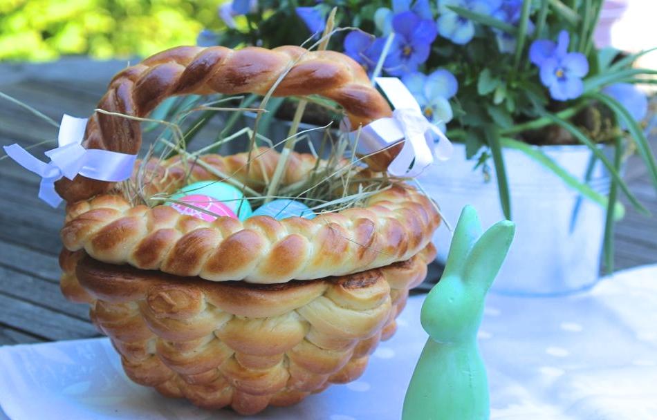 Osterkorb aus Hefeteig flechten - dazu findet ihr das Rezept und das Video auf dem Blog