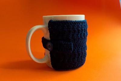 Funda azul de ganchillo para tazas