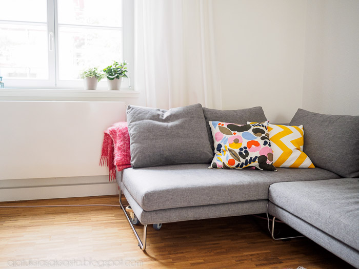 vaalea olohuone, marimekko tyyny, adea sohva, kasvi ikkunalaudalla