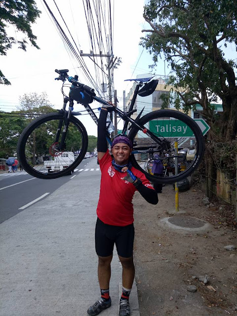 """This Man is Just a Simple Biker but Find Out Why People Are Calling Him """"Parang Anghel na Nahulog sa Lupa"""" Here!"""
