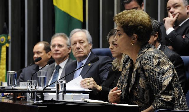A presidenta Dilma começou a falar no Senado às 9h53 e terminou às 23h47. Quase 14h de uma defesa memorável que vai se tornar uma peça de estudos por muitos e muitos anos.  Uma defesa que já seria histórica se fosse algo mais ou menos razoável, mas não foi só. Foi um show. Um show de coragem, de dignidade e de respeito à biografia e à democracia.  Não é pouco ter dignidade para defender a biografia. No universo da política as pessoas trocam suas biografias por qualquer trocado.  Entre aqueles que vão ser os juízes de Dilma não são poucos os que se lixam para o que vai ser dito sobre eles.