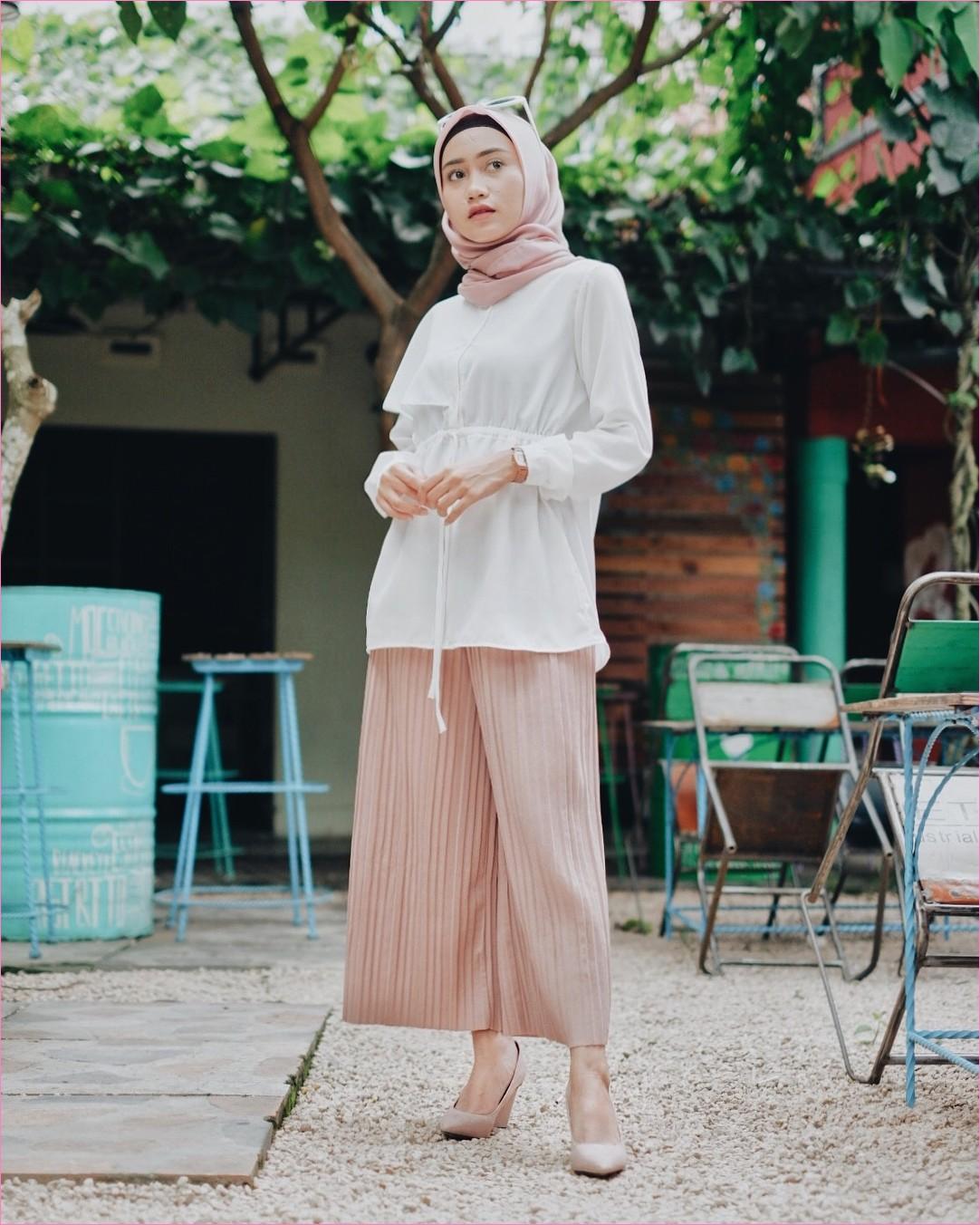 Outfit Baju Top  Blouse Untuk Hijabers Ala Selebgram 2018 blouse ikat putih celana cullotes krem pallazo segiempat hijab square ciput rajut kacamata jam tangan wedges high heels ootd trendy kursi besi