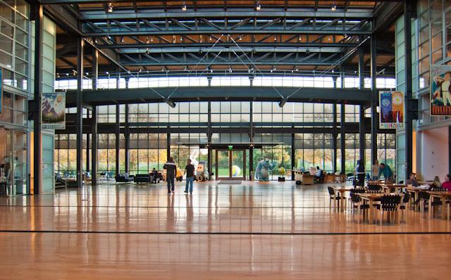 El interior del Steve Jobs Building con alusiones a las películas de animación de la compañía