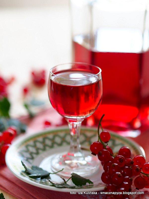 porzeczkowka, nalewka z czerwonych porzeczek, czerwone porzeczki, domowej roboty, rubinowy kolor, gleboki smak, owoce czerwone