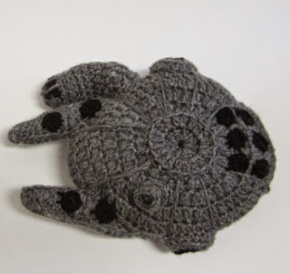 http://translate.google.es/translate?hl=es&sl=en&tl=es&u=http%3A%2F%2Fcraftyghoul.com%2F2014%2F12%2F17%2Fstar-wars-millennium-falcon-and-tie-fighter-crochet-pattern%2F