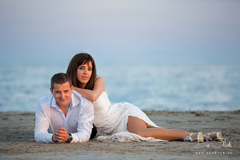 pareja en la arena del mar
