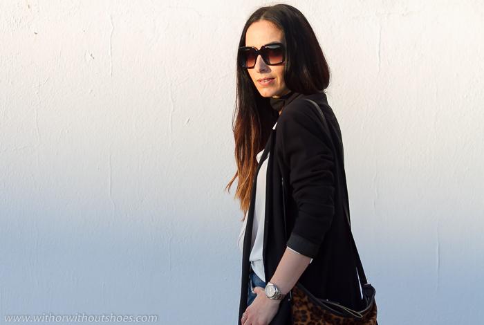 Look estilo urbano chic para diario con blazer cruzada negra camisa blanca de Zara y gafas de sol cuadradas Prada