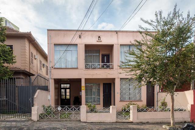 Outra casa com ornamento de ferro e capelinha