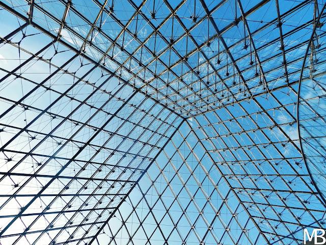 piramide di vetro museo louvre parigi