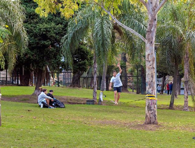 Muchacho sobre cuerda en equilibrio en Parque Las Heras