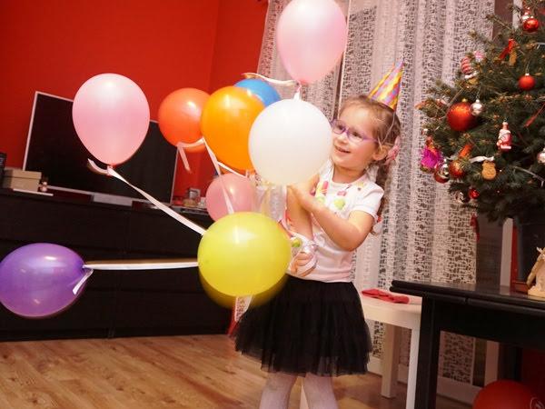 Zosia bawi się balonami