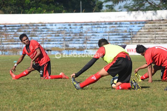 Pemain PSMP saat melakukan pemanasa sebelum berlatih (18/5). Foto. M. Deni