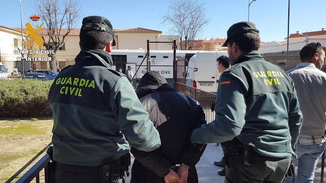 Un momento de la detencion practicada por la Guardia Civil
