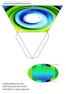 Caja con forma de pirámide de  Azul y Verde.