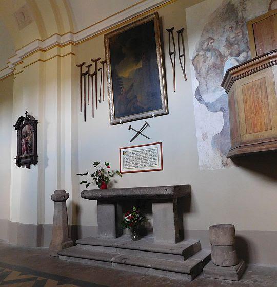 Płyta ołtarzowa, świecznik i kropielnica datowane na początek XIII wieku.