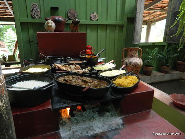 Bufê no fogão a lenha na Estância Mimosa, Bonito, Mato Grosso do Sul
