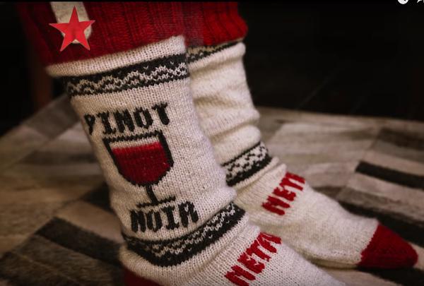 看戲不怕點頭夢周公!Netflix 手做智慧襪自動幫你關電視