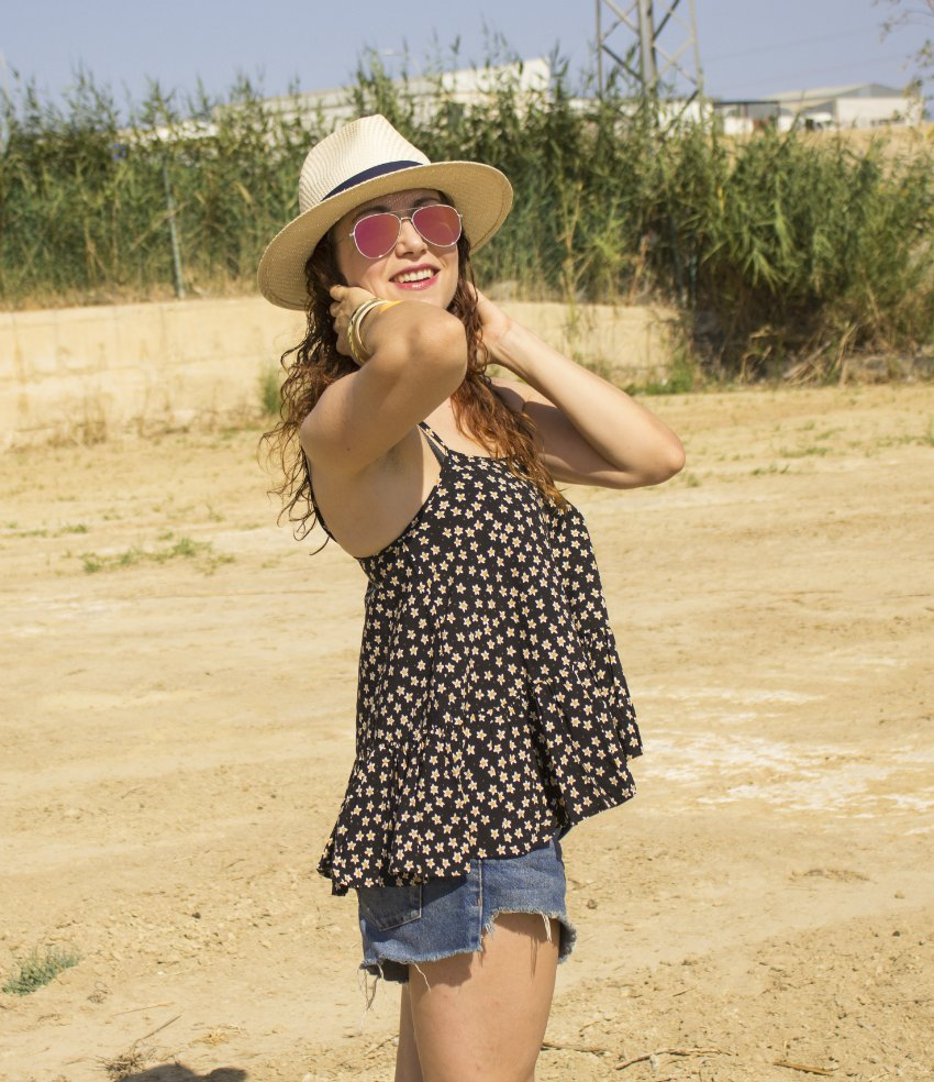 melangeboutique_fashion_blog_de_moda_camisa_tirantes_peplum_verano_shorts_denim_gafas_espejo_11