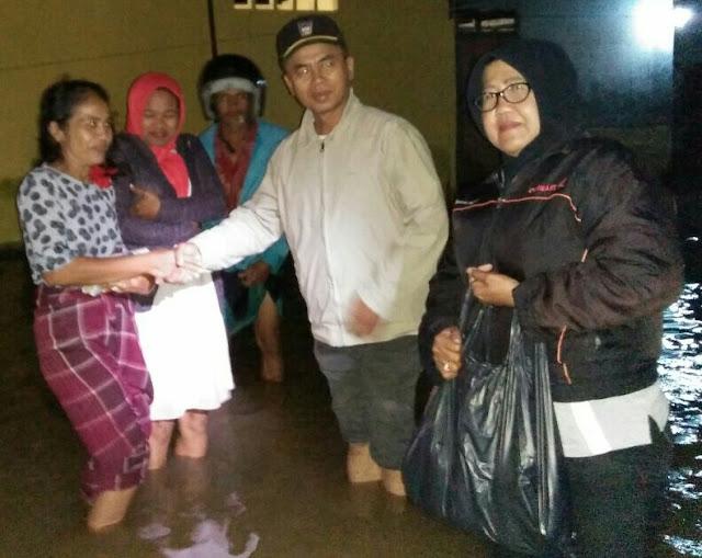 Tim Emzalmi-Desri Bantu Korban Banjir Gunung Sangku