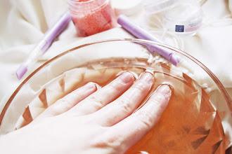 Domowa pielęgnacja dłoni - jak dbać o paznokcie i skórki? Kosmetyki przeznaczone do pielęgnacji zniszczonych paznokci: Cztery Pory Roku.