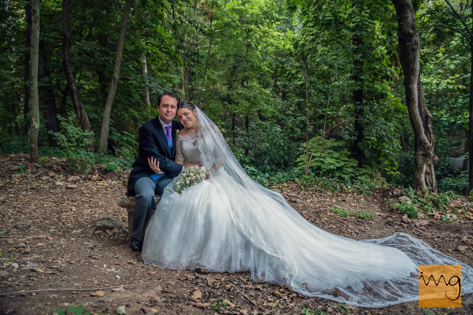Fotografía de boda, pose en el bosque de la Alhambra.