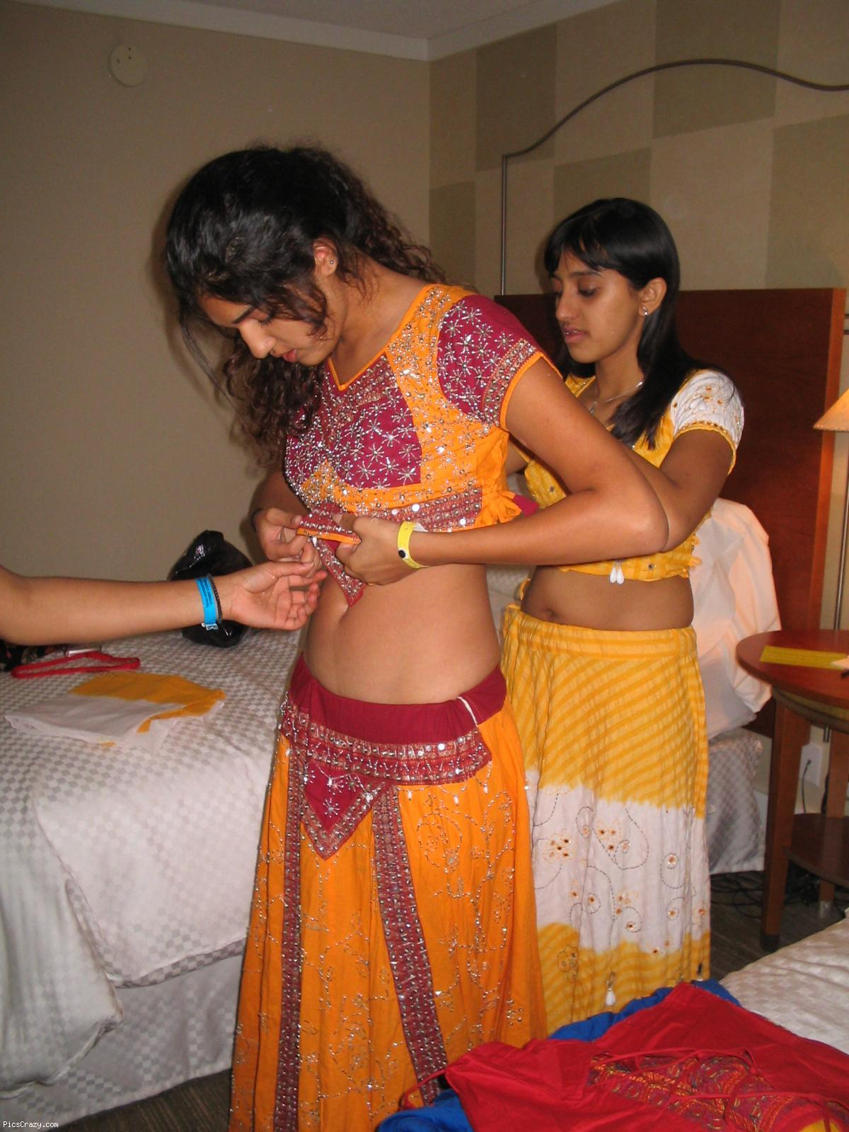 Indian Gf Indian Dulhan Navel Showing In Changing Room -4457