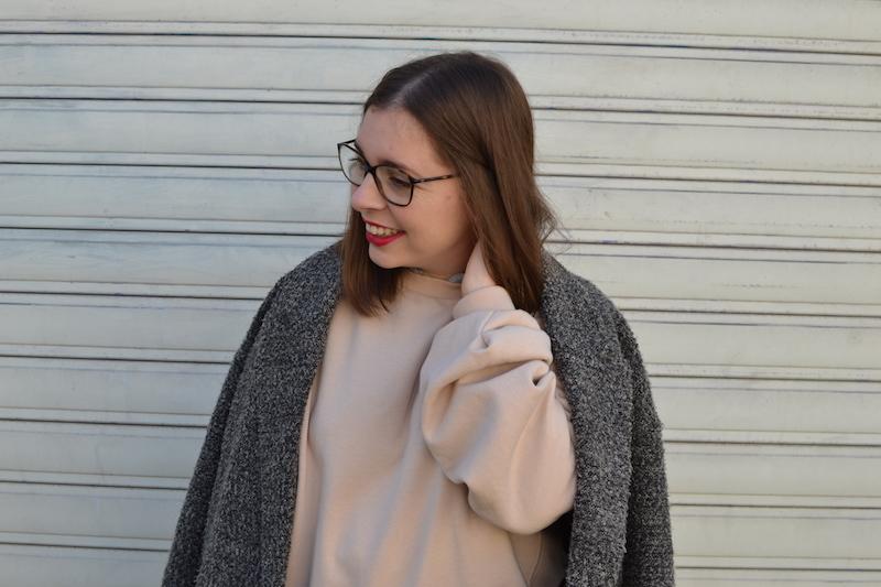 manteau gris chiné H&M, sweat rose H&M, rouge à lévre Chanel