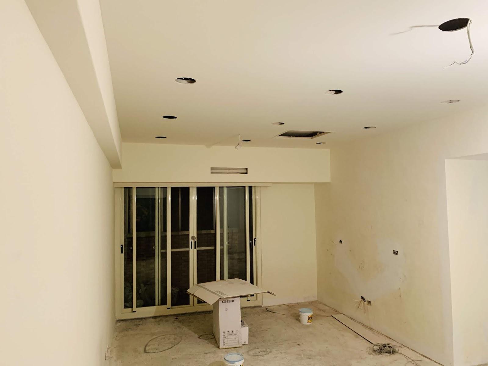 客廳挖好崁燈孔