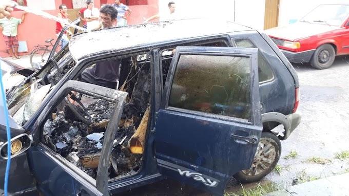Carro de vereador é incendiado em frente à Câmara de Tururu, no Ceará