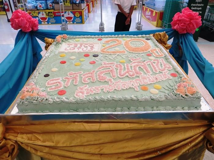 Большой торт у входа в Tesco Lotus