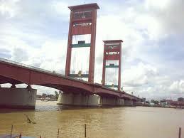 Leo Wattimena bermanuver dibawah jembatan Ampera