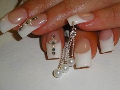 Diseño color blanco con diamantes de fantasía.