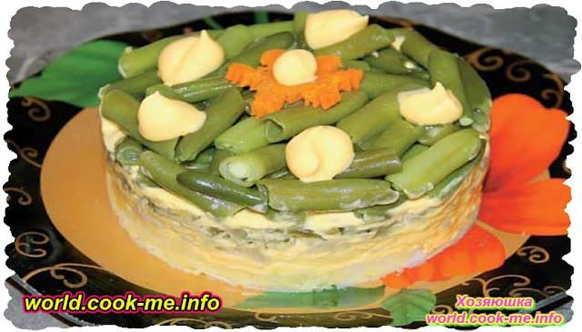 Салат с фасолью, маринованными огурцами и сыром
