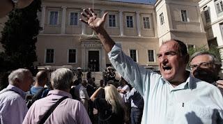 Έρχεται διπλή «σφαγή» για το ΕΚΑΣ: 50.000 θα το χάσουν, 185.000 θα πάρουν έως και 35 ευρώ