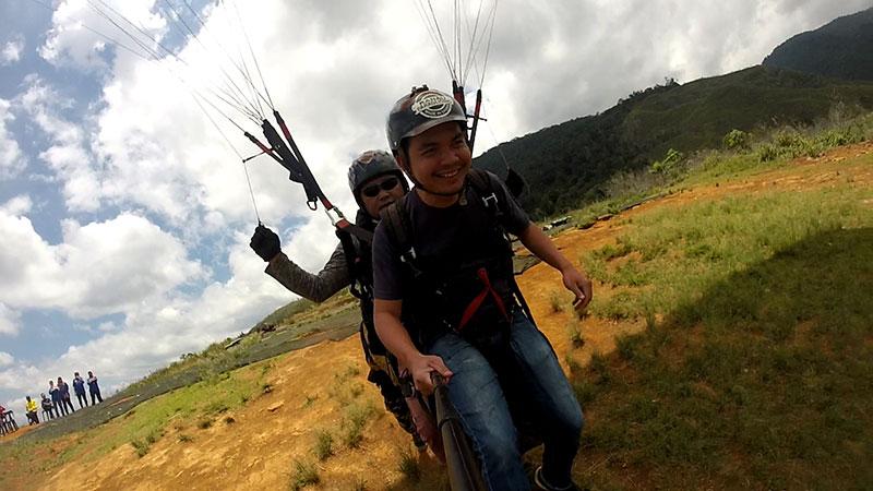 Berlari untuk terbang dengan paragliding di Ranau Sabah