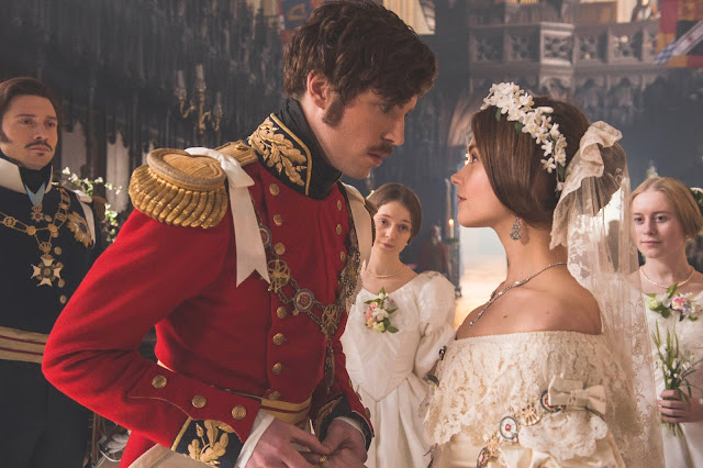 Ceci est une photo de la série Victoria représentant Albert et Victoria le jour de leur mariage
