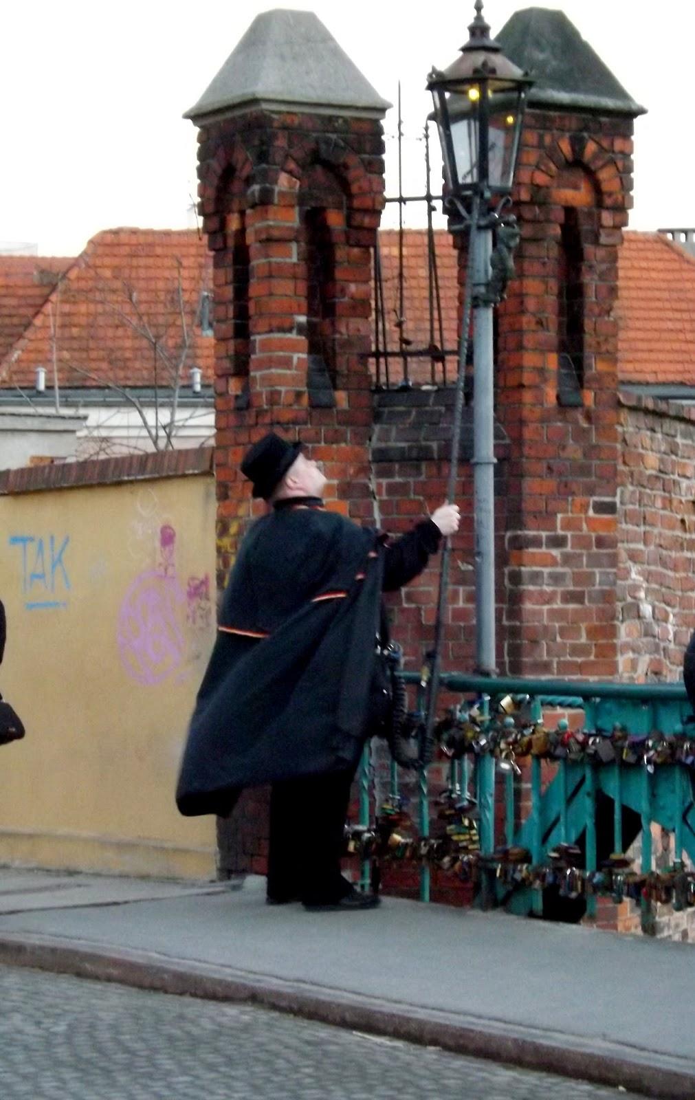 Wrocławski latarnik zapalający latarnię