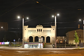 Bayerischer Bahnhof Leipzig bei Nacht, davor der Eingang in den Citytunnel