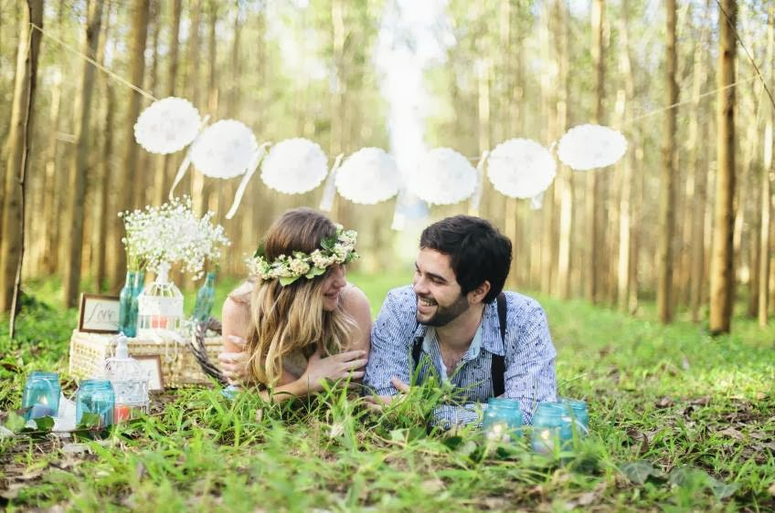 e-session - ensaio noivos - ensaio casal - ensaio ao ar livre - e-session ao ar livre - picnic - piquenique - quadrinho fofo - garrafinhas - garrafinhas coloridas - decoracao - gaiola - gaiolinha - bandeirinha - bandeirola - noivos - coroa de flores - ensaio vintage - ensaio retro - ensaio romantico - boho