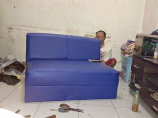 menjahit kembali jahitan sofa yang rusak