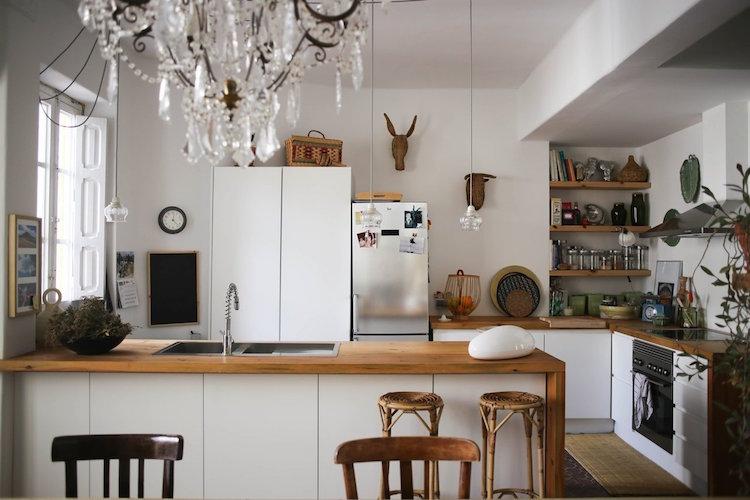 cocina de madera y roble abierta al salón