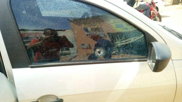 Após assalto, dupla ataca policial civil em viatura a tiros