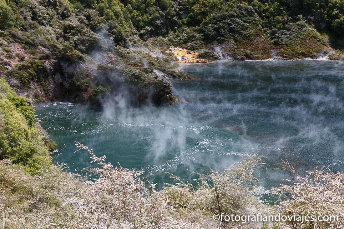 Echo crater en el valle volcánico Waimangu, Rotorua